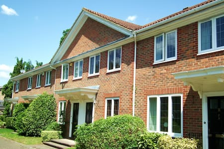 Bright townhouse overlooking a green in Weybridge - Weybridge - Radhus