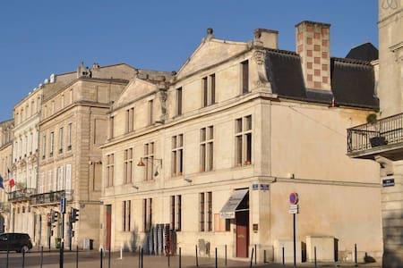 Locations de vacances chartrons bordeaux airbnb for Appartement bordeaux quai des chartrons location