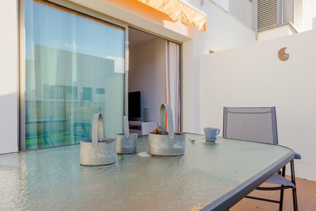 Mesa en la terraza, perfecta para cenas y almuerzos con los tuyos