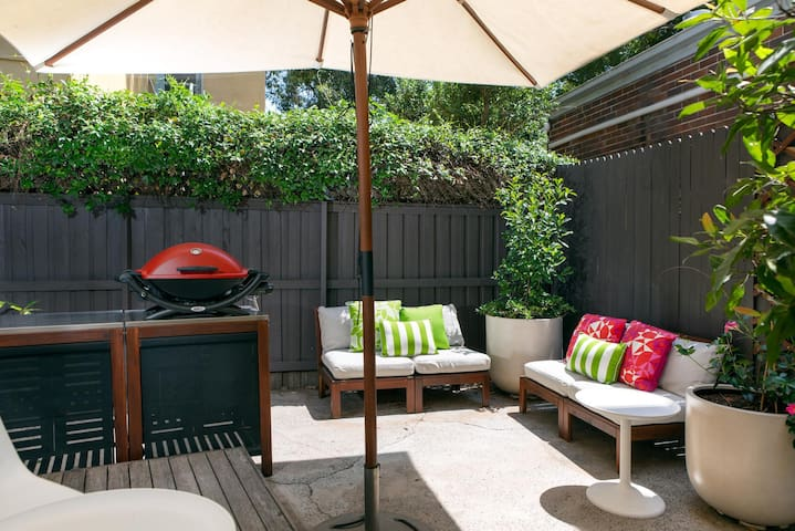 2-Bed Balmain Retreat With Outdoor Patio