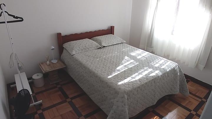 Um quarto privado em apto bem localizado no centro