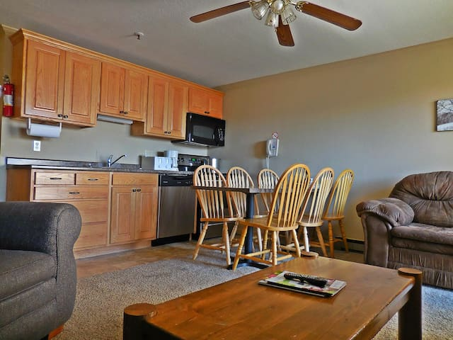 ML245 Family-Friendly! -SLEEPS 10- 3BR/3BA Wi-Fi Village PARKING!
