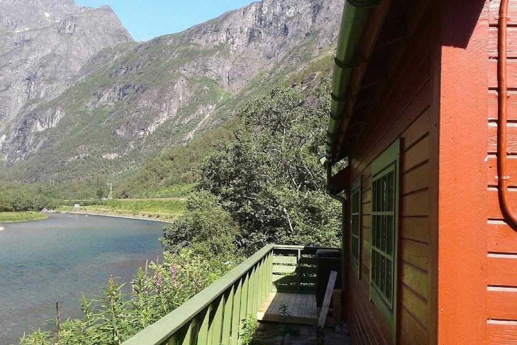 Rauma flyter sakte forbi / The river passes slowly next to the cabin