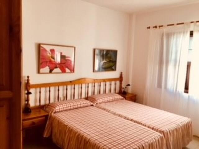 La habitación con dos camas, y armario amplio.