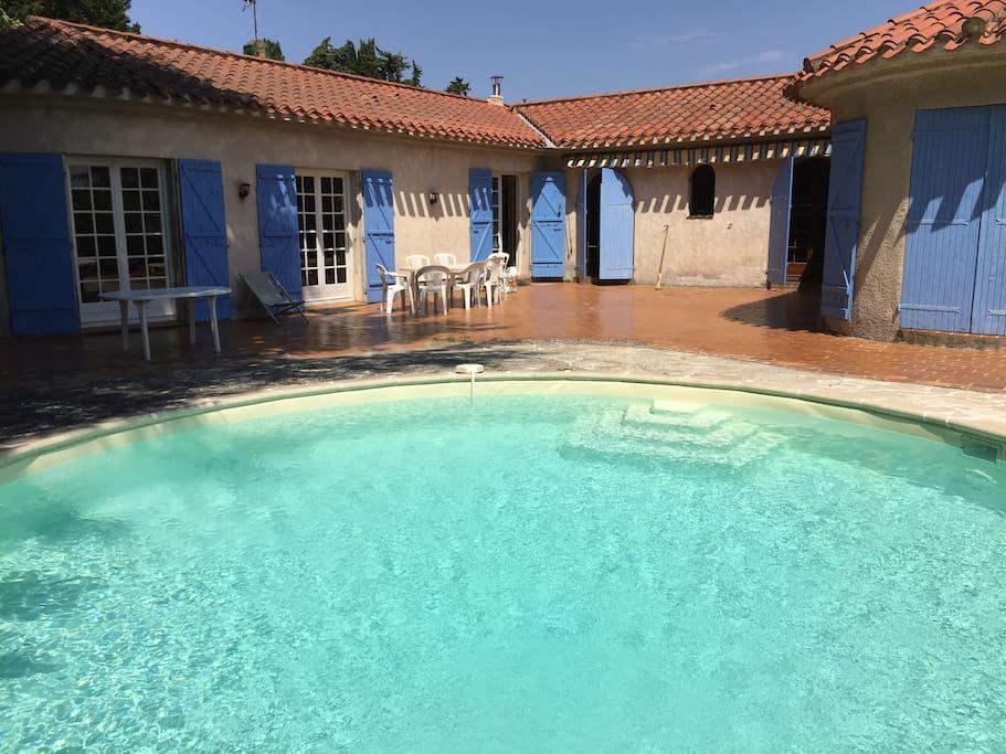 La piscine et la villa