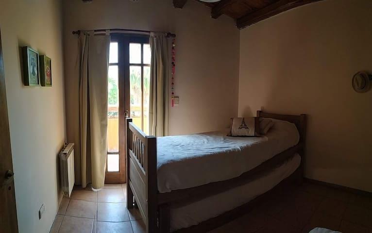 Habitación # 2 - Cama doble - nido - Con acceso a balcón compartido con habitación #1