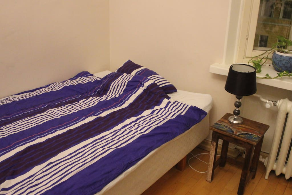 The room has a 120 cm wide bed.