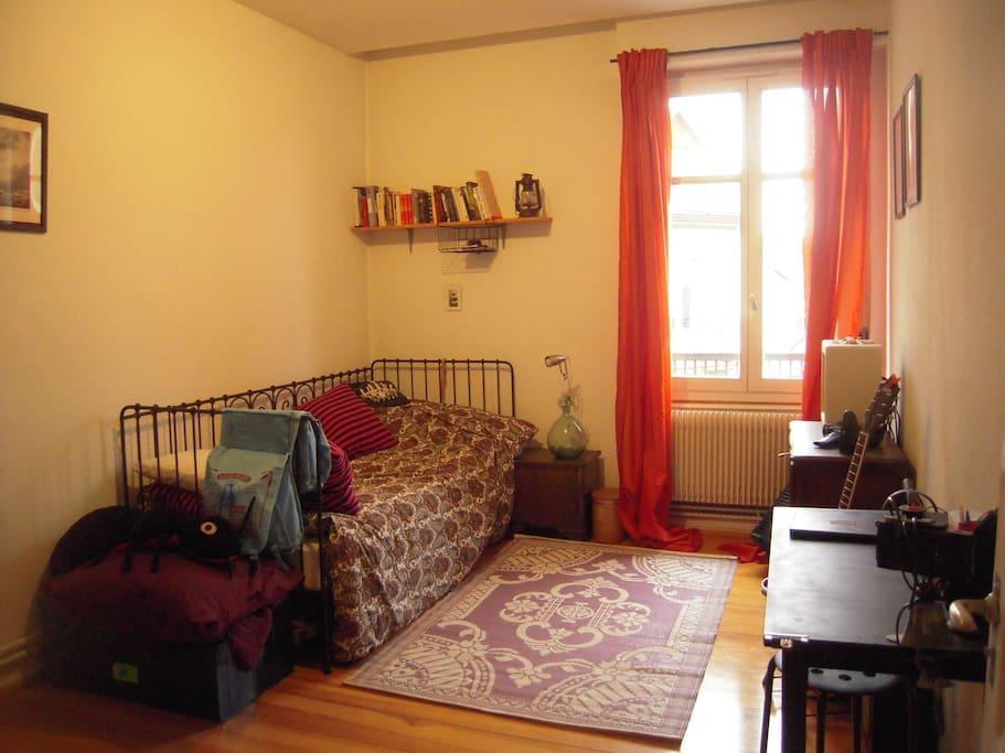 grande chambre priv e pour voyageur seul ou couple appartements louer schiltigheim alsace. Black Bedroom Furniture Sets. Home Design Ideas