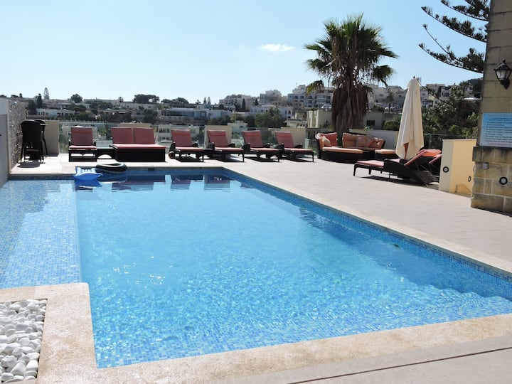Amazing 5 bed Villa, Heated Indoor Pool ,A/C,BBQ,