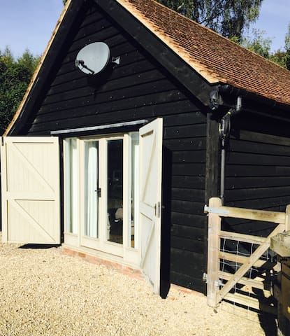 Quiet Chic Barn Conversion Cottage - West Berkshire
