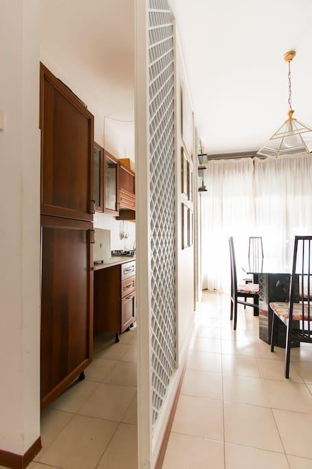 questa è la cucina soggiorno, col divisorio, il pavimento è cambiato, ma foto rende l'idea di come si presenta.