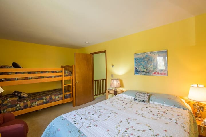 <center>Bright and spacious bedroom with queen bed and bunk bed<center>