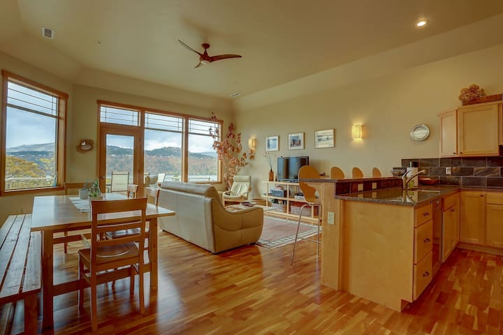 Three Rivers-Quiet street on the east side of Hood River, airy, new and fresh!