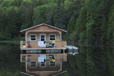 Floating Cottage on a Lake - Otter Lake - Doğa içinde pansiyon