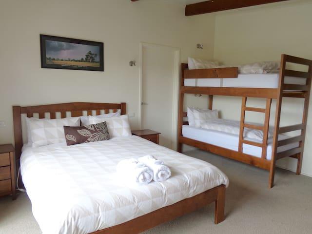 Pine Room 1 @ Delatite Apartments Merrijig