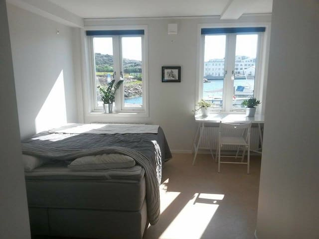 The best view in town, right by the boats! - Lysekil - Apartamento