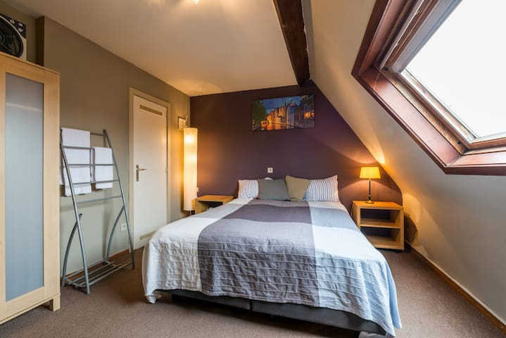 Charming guestroom next to the canals