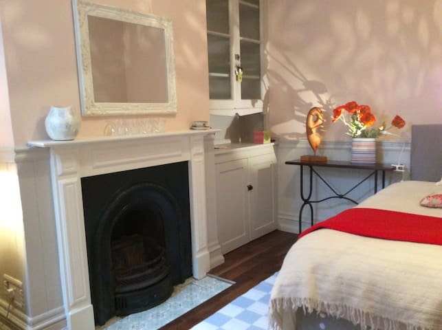 Pretty tranquil room in super house - Londen - Huis