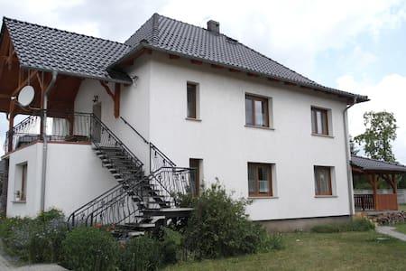 Ein Appartement im ersten Stock mit Balkon