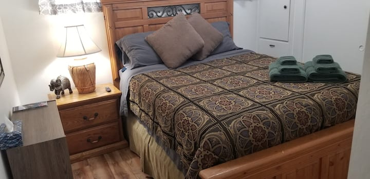 Queen Size Bed/ Hot tub & pool/ Mid Town.