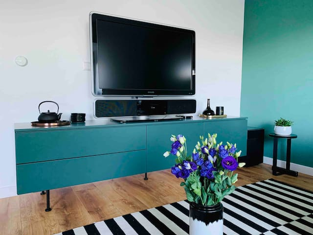 The apartment is equipped with high-speed WiFi connection. In the living room there is a TV set with a soundbar system that can be connected to your own online accounts such as Netflix or Amazon Prime, through Apple TV.