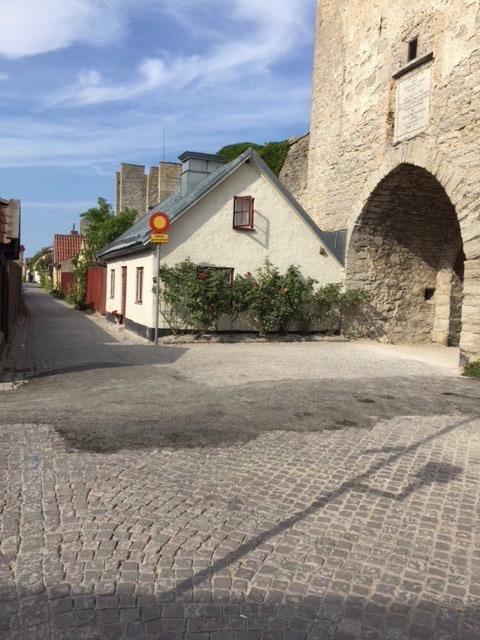 Mysigt hus intill ringmuren Visby innerstad