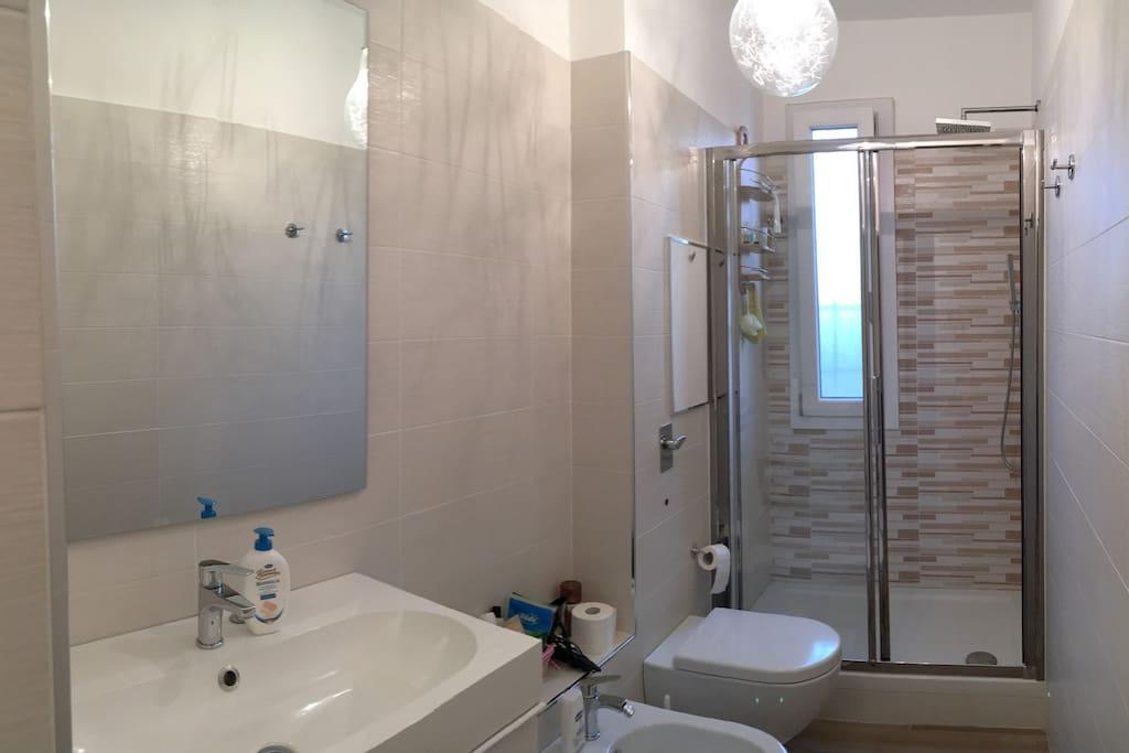 Bagno con ampia doccia