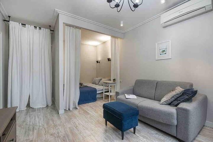 В гостиной удобно разделена зона для сна и зона для отдыха, а также есть рабочее место