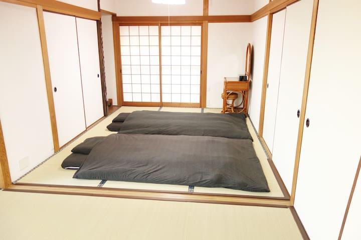 6畳間の和室 障子のある落ち着いた空間でおくつろぎください