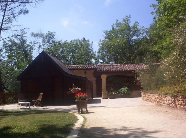 Les Pins. Stone house and wooden chalet for 6 - Montignac - Rumah