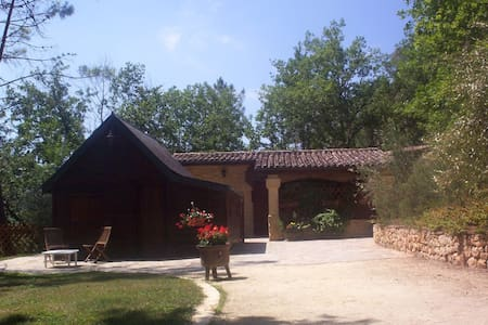 Les Pins. Stone house and wooden chalet for 6 - Montignac