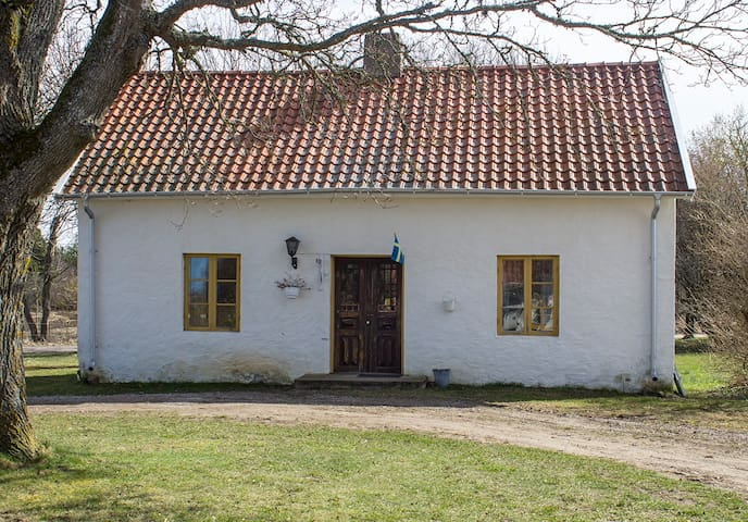 Peaceful limestone cottage on beautiful horse farm - Klintehamn - House