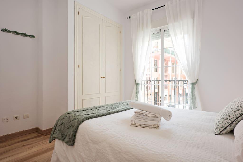 Dormitorio con balcón y armario empotrado