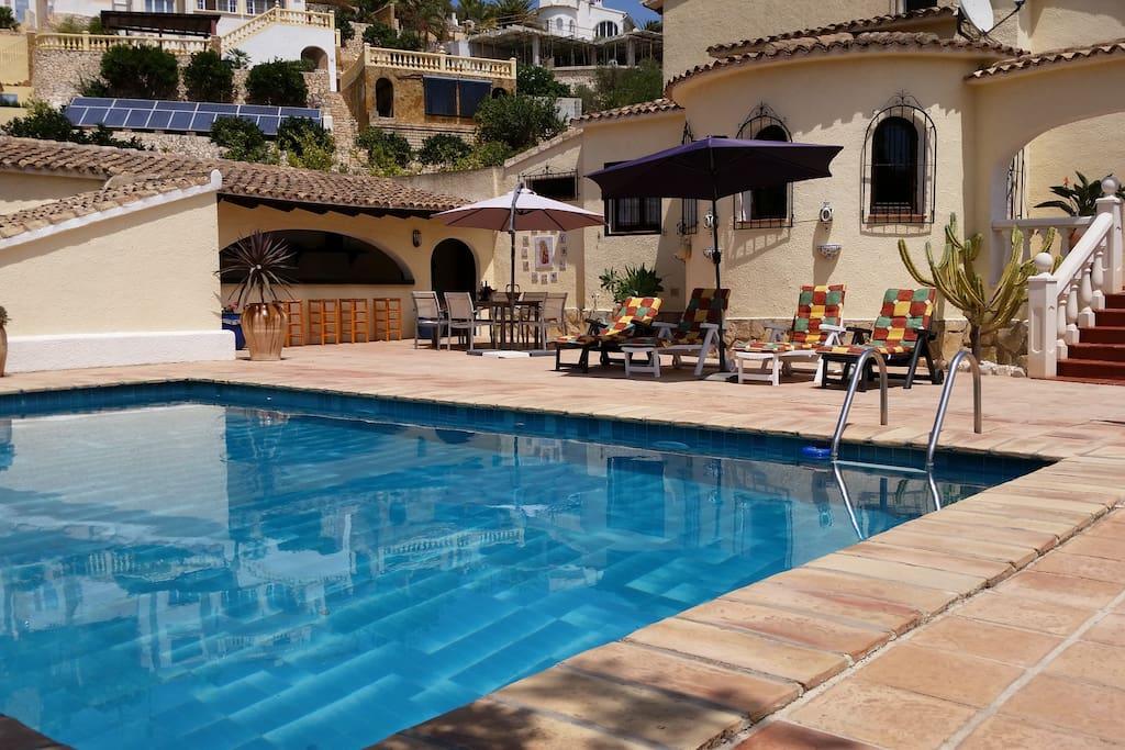 Zwembad met de buitenbar/keuken.
