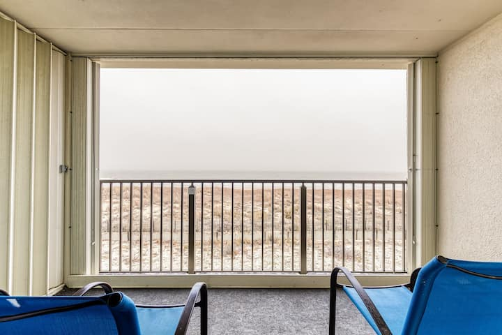 Chill oceanfront condo w/ocean views, private balcony, close to the beach!