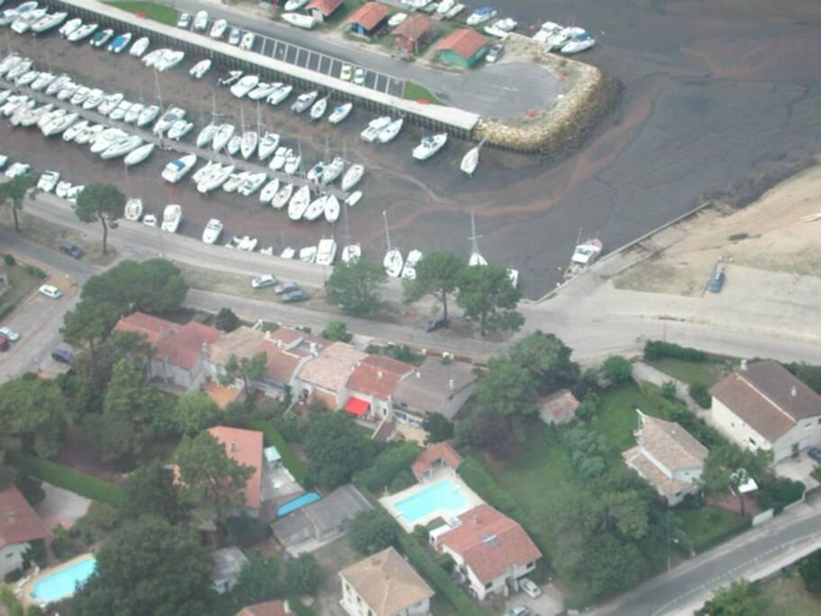 La maison se situe à droite de store rouge