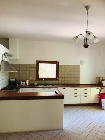 Fully equipped kitchen with a hob, dishwasher and washing machine