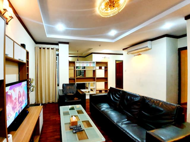 City Pearl: Deluxe 3 BHK Apartment by EHS