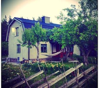 Mysigt och ombonat hus med trädgård - Gotland - Hus
