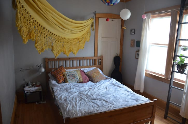 Cozy bedroom 5 minutes from Milwaukee river - Shorewood - Bungalow