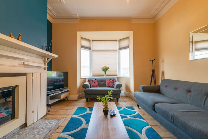 Sleeps 6 - Visit Manchester in Style and Comfort