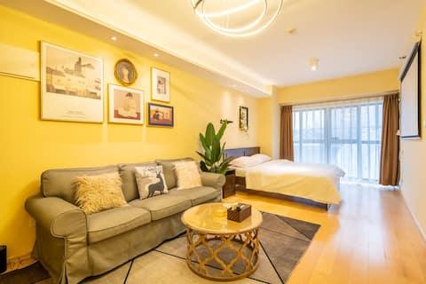 本房源55平米,开放式一居室,独立厨房,本房源特点轻奢投影大床房。极米z6X投影仪,全家电,非常方便