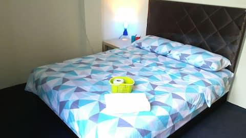 EZ Lodgings - Double bedroom with window in Gadong