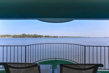 Private Balcony on the Water - Willis - Apartament