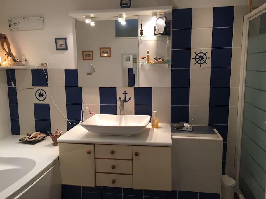 Salle de bain spacieuse avec douche et baignoire