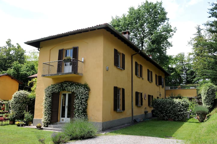 Beautiful country side house near Como - Villa Guardia - Rumah