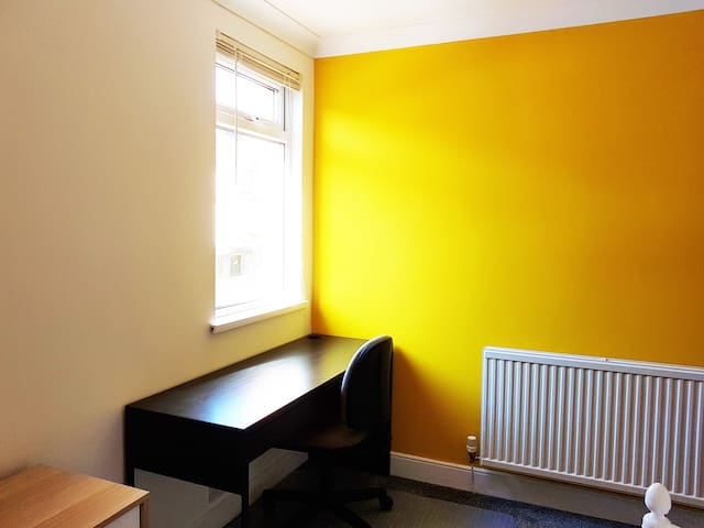 Yellow double room available... - Кардифф - Дом