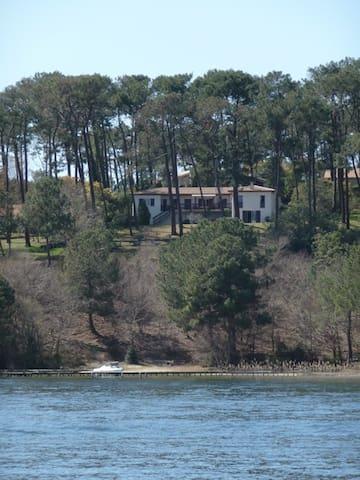 Grande maison de vacances au bord de l'eau. - Biscarrosse - Ferienunterkunft