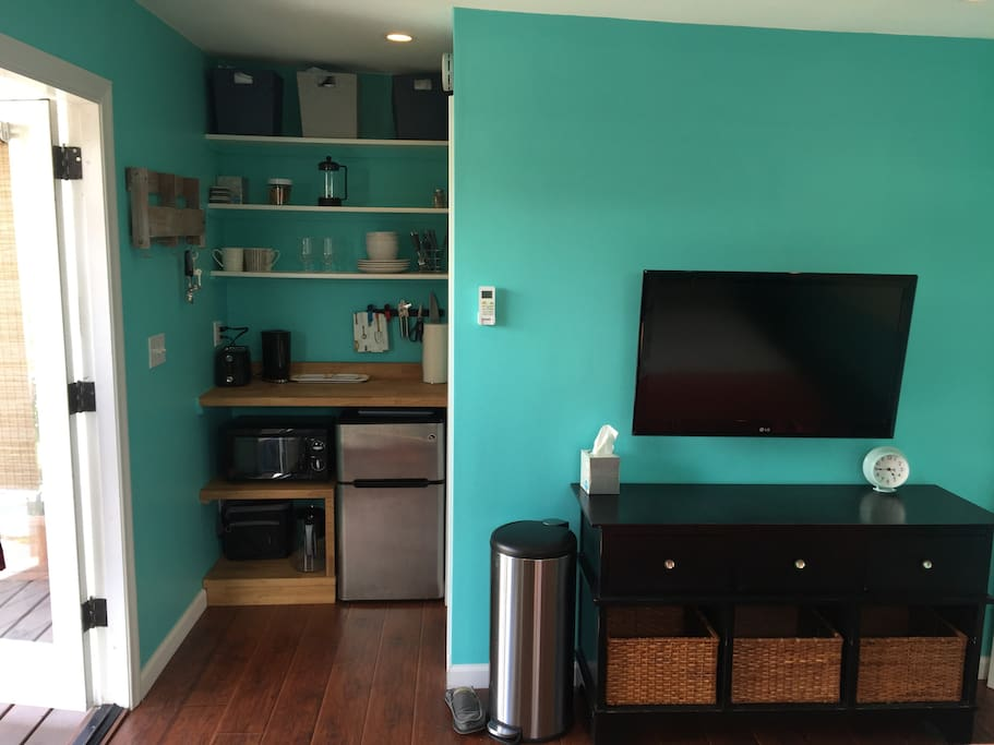 Brand new kitchenette and connected TV with cable