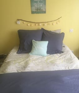 Yellow Room. - Bréhal